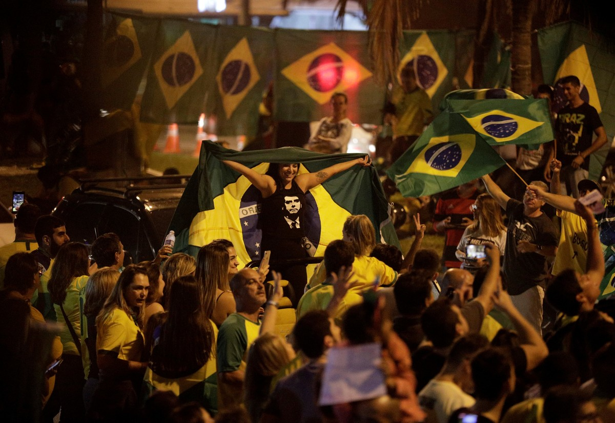 Supporters of Jair Bolsonaro, far-right lawmaker and presidential candidate of the Social Liberal Party (PSL), react in Rio de Janeiro, Brazil October 7, 2018. REUTERS/Ricardo Moraes